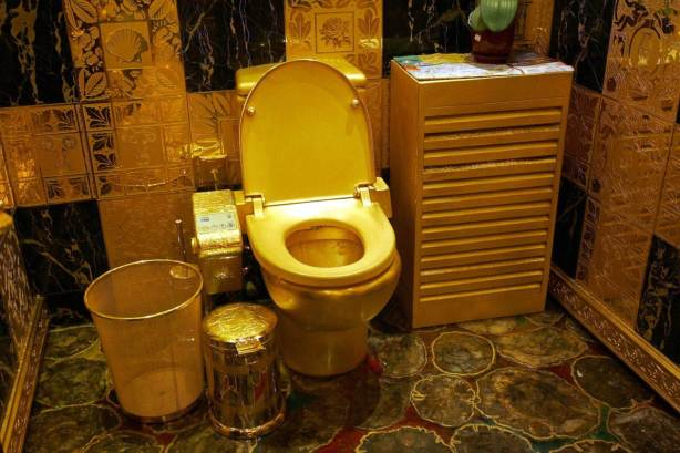 635933407830297346666016788_gold-toilet-of-crazy-rich-people